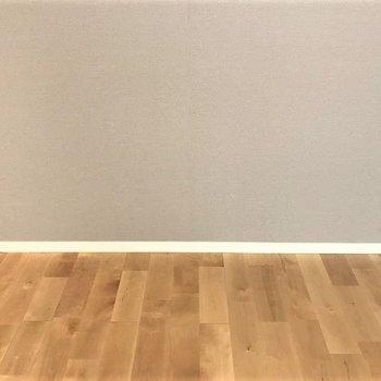 淡めのグレーと無垢の床の相性ははなまる満点◎