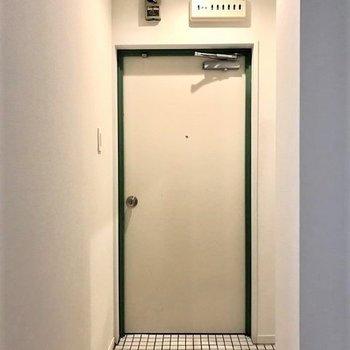 玄関】白のタイルで ここから新たな一歩を