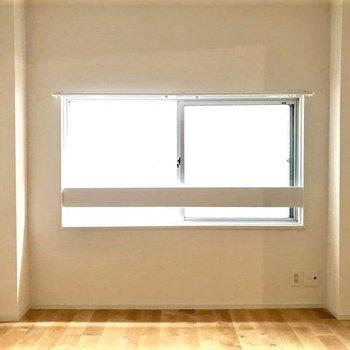寝室】この窓の横でお昼寝なんてきもちよさそう〜