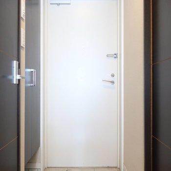 玄関はすっきりと(※写真は5階の同間取り別部屋、清掃前のものです)
