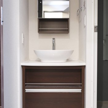 シックな雰囲気の洗面台(※写真は5階の同間取り別部屋、清掃前のものです)