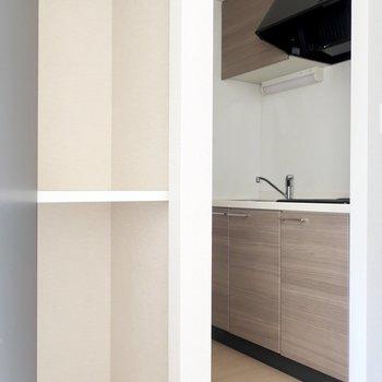 キッチンは奥に密やかに。手前の収納は食品のストック類の置き場所にピッタリ(※写真は5階の同間取り別部屋、清掃前のものです)