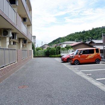 駐車場は切り返しもしやすい広さです。
