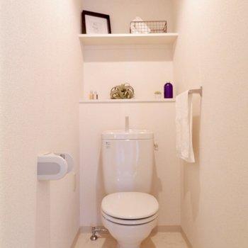 トイレ上の棚はストックやフレグランスを置くのに便利です。