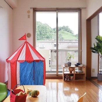 【洋室①】子供部屋や趣味のお部屋は自然光のよく入る空間が良いですよね。