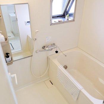 換気もできる窓付きの浴槽です。