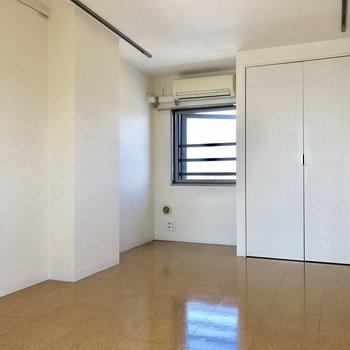 収納も窓もある、申し分のない寝室。※写真は前回募集時のものです