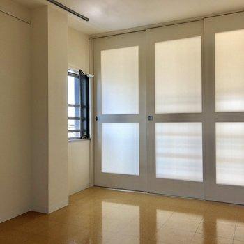 戸を閉めても、曇りガラスでほんのり明るい。※写真は前回募集時のものです