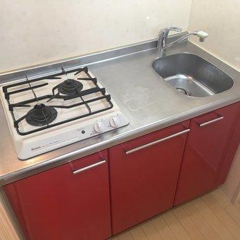 キッチンはコンパクトですが赤がアクセントでお料理したくなっちゃう!