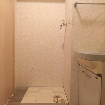 洗濯置き場の横にもスペースあります!ここの床もかわいい!