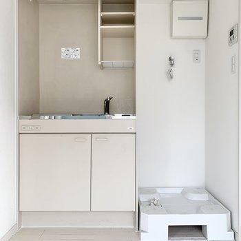 洗濯機はキッチンのお隣。※写真はクリーニング前のものです