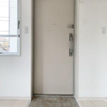 玄関は段差がありません。※写真はクリーニング前のものです