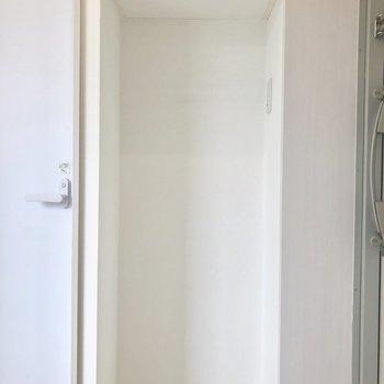 その下にもスペースが!冷蔵庫を置いたらちょうど良さそう※写真は5階の同間取り別部屋のものです