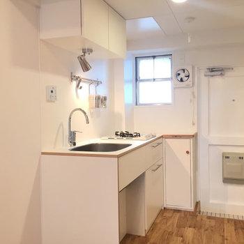 キッチンにも小窓があります※写真は同間取りの5階のお部屋