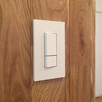 スイッチも手触りよく、無垢板との相性◎