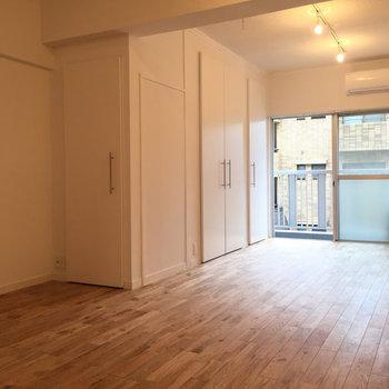 奥をベッドスペース、手前はダイニングスペースに※写真は同間取りの5階のお部屋