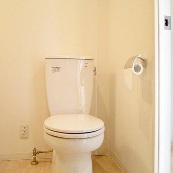 入り口右にトイレがあります。※写真は8階の同間取り別部屋、クリーニング前のものです
