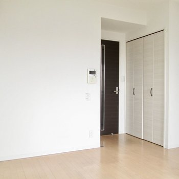 収納は扉の前に。※写真は8階の同間取り別部屋、クリーニング前のものです