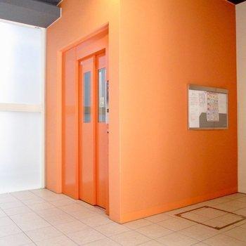 オレンジのエレベーターが目立ちますよね。