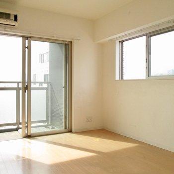 2面採光で明るさも良好◯※写真は8階の同間取り別部屋、クリーニング前のものです