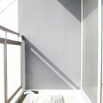バルコニーも広いです。※写真は8階の同間取り別部屋、クリーニング前のものです
