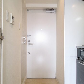 玄関はコンパクトに。※写真は8階の同間取り別部屋、クリーニング前のものです