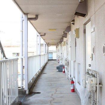 共有部廊下、長い。※写真は前回募集時のものです。