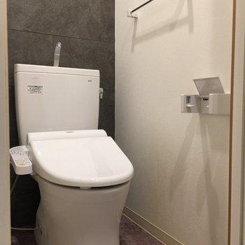 トイレは個室。※写真は3階の反転間取り別部屋です。