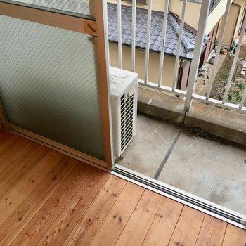 窓サッシのレトロ感。※写真は3階の反転間取り別部屋です。