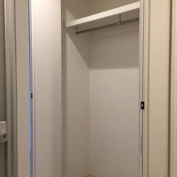 奥行きはないですが、クローゼット。※写真は3階の反転間取り別部屋です。