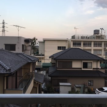 住宅街の眺め。※写真は3階の反転間取り別部屋です。