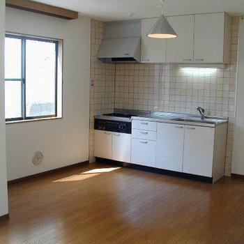 キッチンなどの生活スペースは華美すぎず暮らしやすそうです。※1階の反転間取り別部屋の写真
