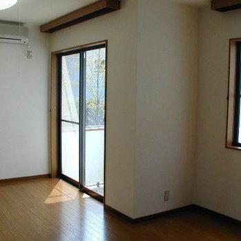 冷暖房エアコン完備で不自由しません。※1階の反転間取り別部屋の写真