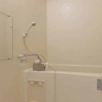 お風呂は普通です。※写真は同じ間取りの別部屋です。