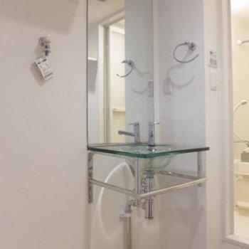 洗面台のガラスボウルが素敵です!※写真は同じ間取りの別部屋です。