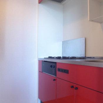 赤いキッチンは2口ガスコンロ。※写真は同じ間取りの別部屋です。