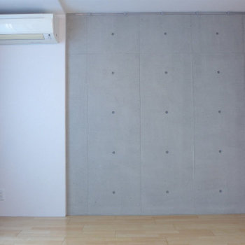 コンクリの壁には絵画やポスターを。※写真は同じ間取りの別部屋です。