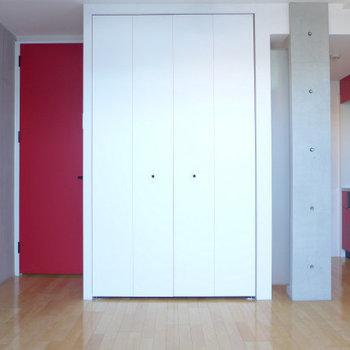 赤い扉がポイントになってます。※写真は同じ間取りの別部屋です。
