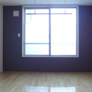 窓側は黒のクロスで格好良い!※写真は同じ間取りの別部屋です。