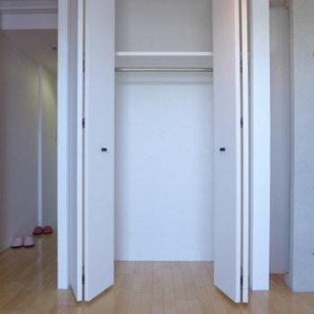 クローゼットは十分な広さです。※写真は同じ間取りの別部屋です。