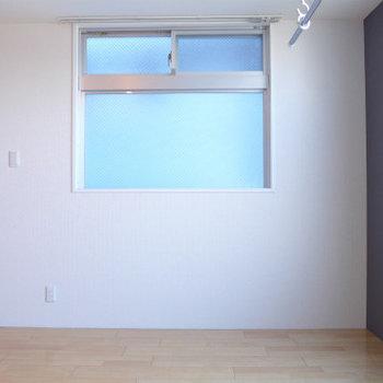 南側の窓からは、ほんのり光が入る程度。※写真は同じ間取りの別部屋です。