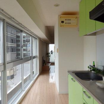 キッチンの窓に大きなディスプレイ窓!※写真は同じ間取りの別部屋です。