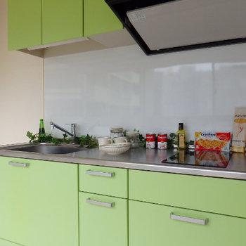 ライトグリーンの可愛いキッチン※写真は同じ間取りの別部屋です。
