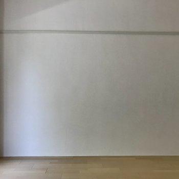シンプルに白い壁で
