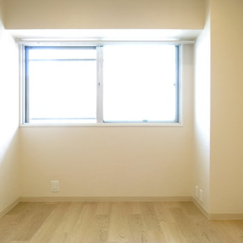 玄関側の洋室も明るくていいですね!※写真は前回募集時のものです