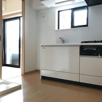 逆側からみた感じ。キッチンの横に冷蔵庫置けます。