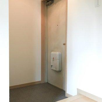 玄関はシューズボックスなしです。