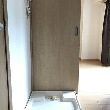 キッチンに洗濯機置き場あります。