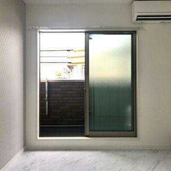 ほんのりエメラルドグリーンの窓が印象的