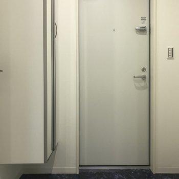 玄関は濃いめのネイビー ! 段差がないのでつまづく心配ないですね◎